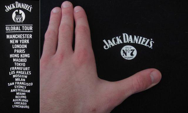 Футболка Jack Daniels: слева задняя сторона, там где лого - перед.