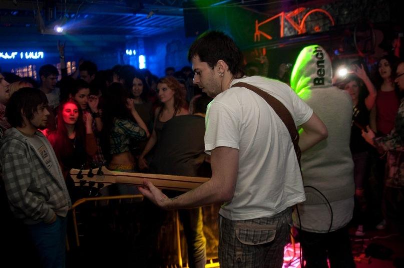 Шестиструнный бас в Nirvana :)