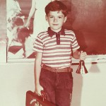 Молодой рокер (с прекрасной ровной челюстью) ровно 23 года назад пошел в школу.