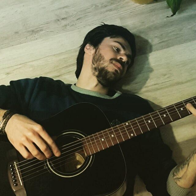 #Борода #Третьяков врезал в акустику звукоснимаиель и убрал все сколы. Новый инструмент! Ащщще огонь. Лежу, играю, починяю примус.