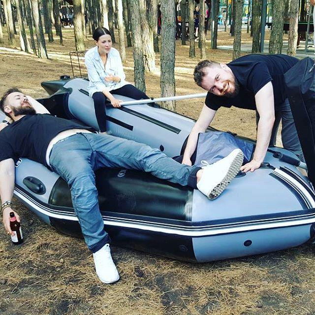 Мы в лесу надули лодку.
